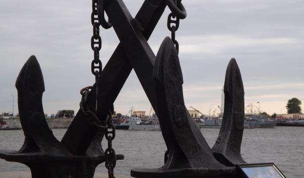 Меморіальні якоря на Петровській пристані