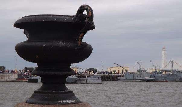 Чавунні вази на Петровській пристані