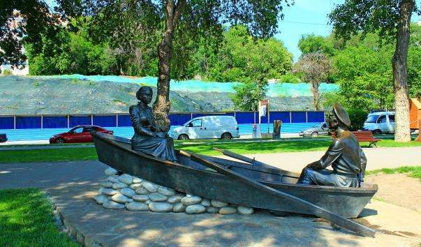 Скульптурна композиція «Григорій і Аксінья у човні»