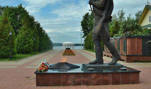 Памятник Бронзовий солдат