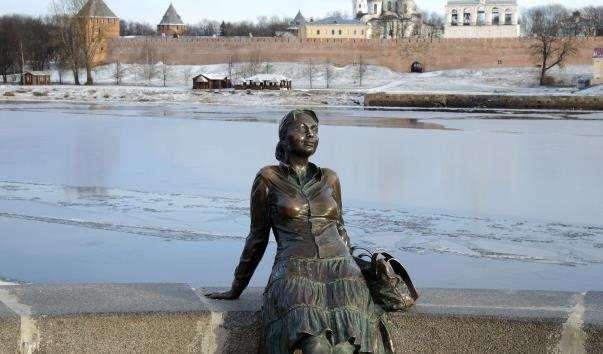 Скульптура Відпочивальниця туристка