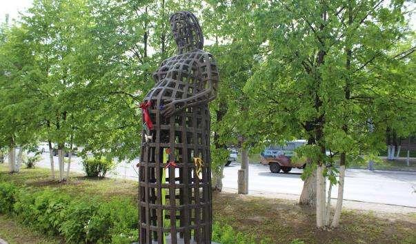 Памятник вагітній жінці
