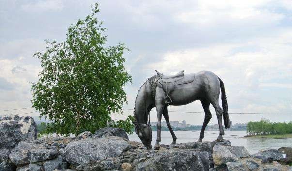 Памятник Білий кінь