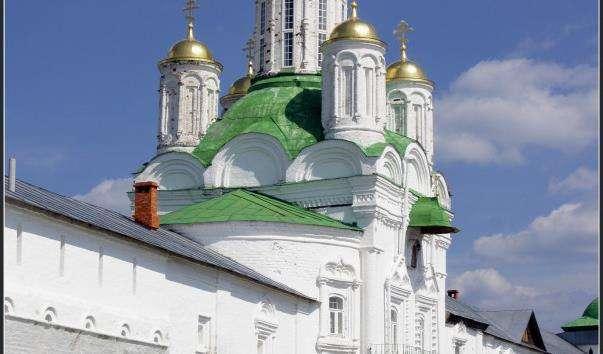 Святі ворота з надбрамною церквою Михайла Архангела