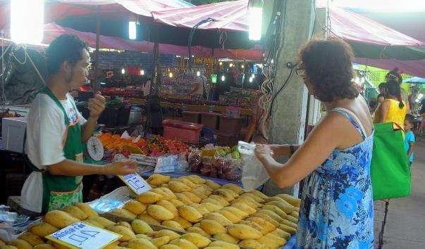 Нічний ринок в храмі Ват Карон